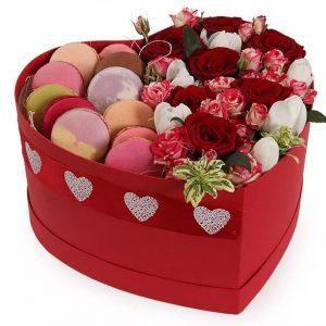 купить шляпная коробку с цветами и макарони
