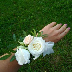 Браслет из живых цветов для свидетельницы