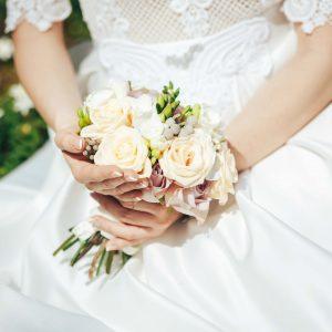 купить нежный букет невесты с лиловыми и кремовыми розами