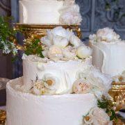 заказать оформление свадебного торта живыми цветами