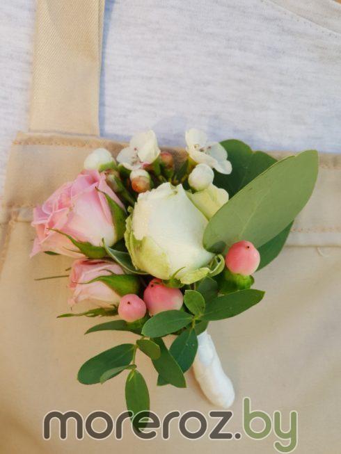 Бутоньерка из живых цветов