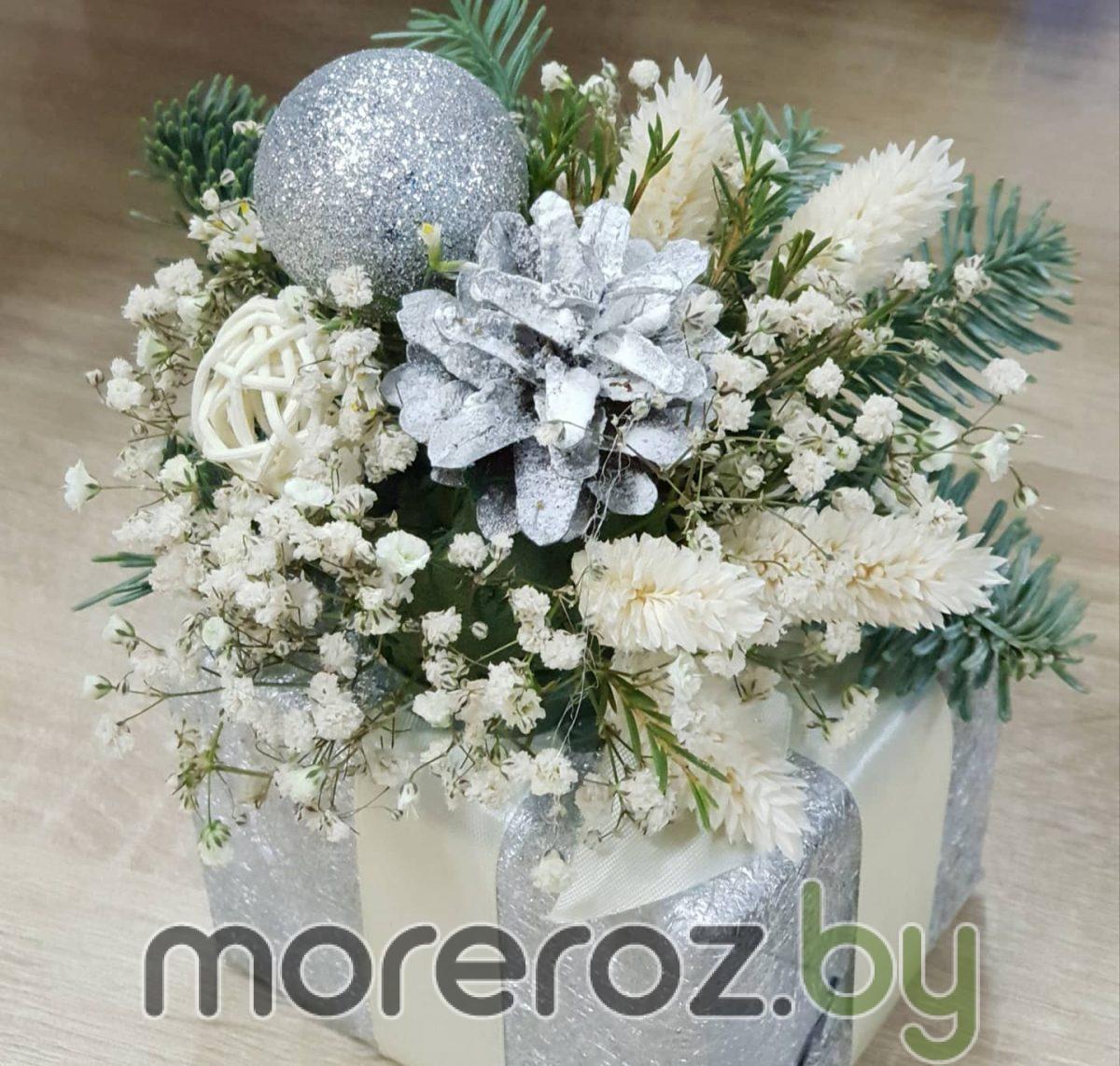 Декор из пихты, сухоцветов, шаров и шишек