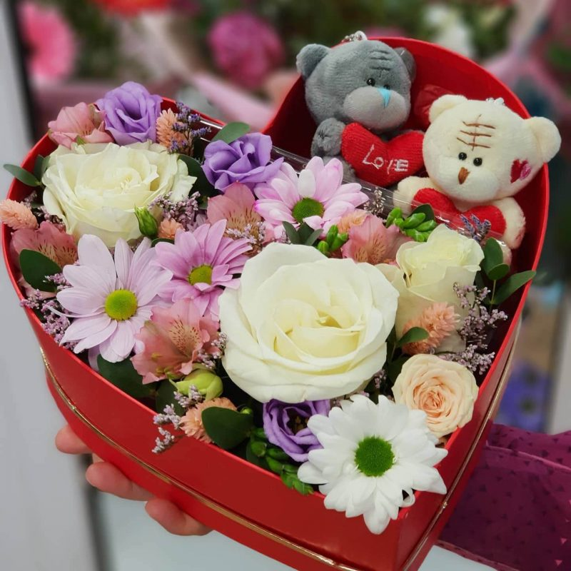 Валентинка из живых цветов