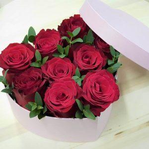 Коробка-сердце из красных роз