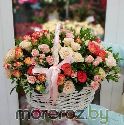 """Корзина с кустовыми розами """"Цветочный водопад"""""""