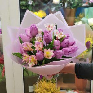 Букет из тюльпанов с альстромериями