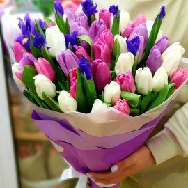 """Букет тюльпанов с ирисами """"Весна в подарок"""""""