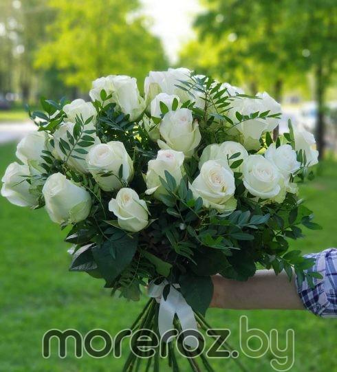 """25 роз """"Альба"""" с зеленью"""